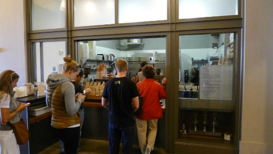 Blue Bottle Coffee Ferry Building: Blue Bottle Coffee - long queue/good coffee