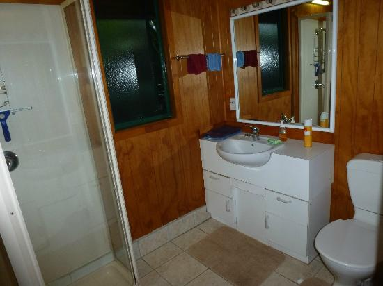 Muri Shell Bungalows: The bathroom