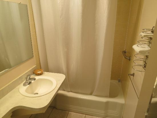 Richmond Inn & Suites: Restroom 