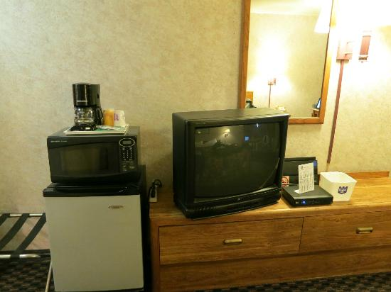 Richmond Inn & Suites: Room with tv, fridge, microwave oven