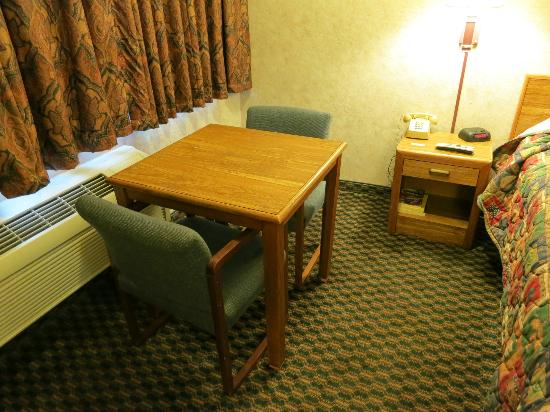 Richmond Inn & Suites: Small table