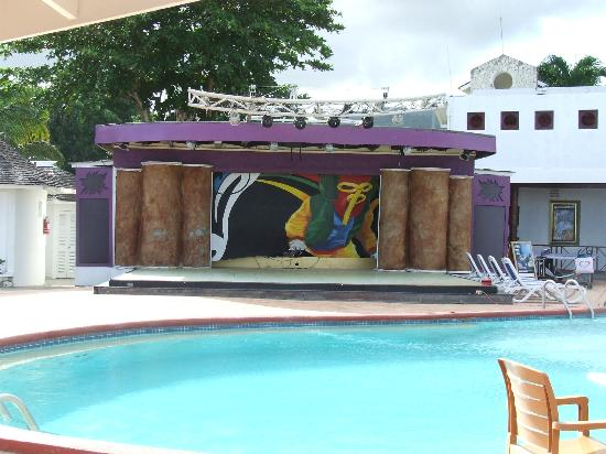 Royal Decameron Club Caribbean : Entertainment round the pool was very good