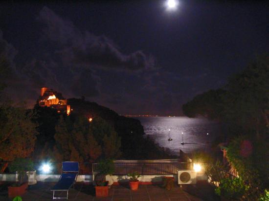 Hotel Parco Cartaromana : Clair de lune sur la baie de Naples vu de l'hôtel