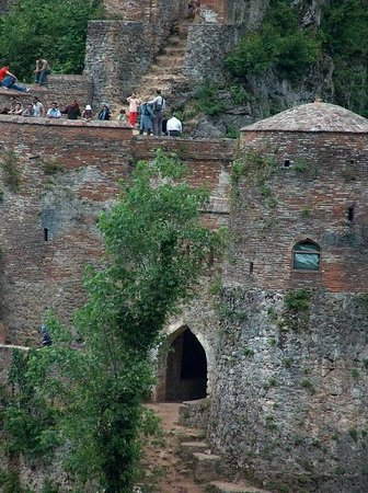 Fuman, Ιράν: Rud-khan Castle (also Rood-khan Castle) is a brick and stone medieval castle in Gilan, Iran.