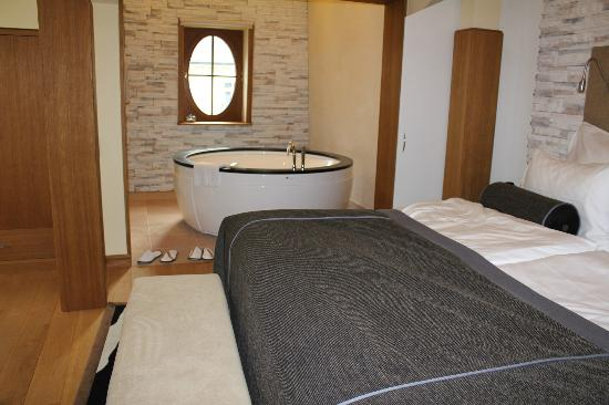 Quisisana Palace : King size bed with Jacuzzi