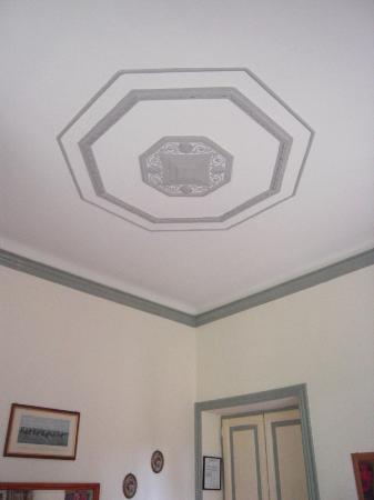 إل بوم: Beautiful ceiling in our room. 