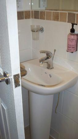 The Churchill Inn: tiny bathroom