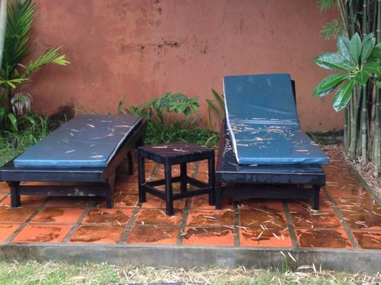 Lotus Lodge: sunbeds, why clean them or take them inside during the rain