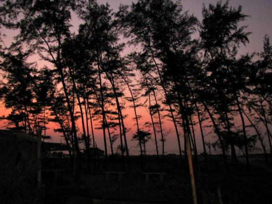 Sea View Tarkali Resort: A splendid sunset on beach.(Just outside hotel)
