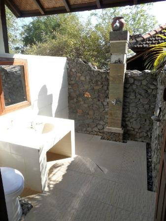 Wawa Wewe II Villas: Outdoor bathroom