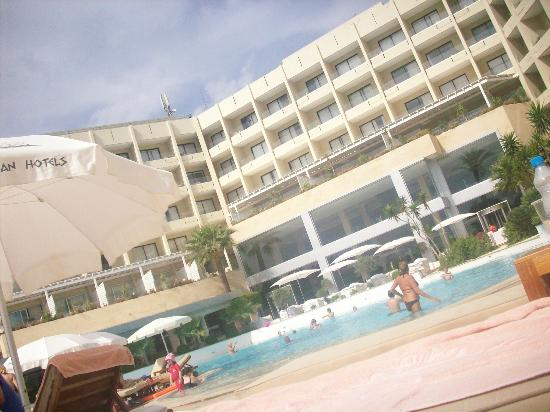 Grecian Park Hotel: View of hotel from inside the grounds
