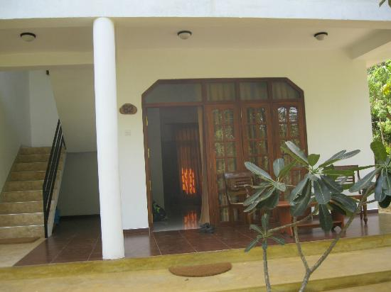 Nice Place Bungalows: Entrance to the ground floor room