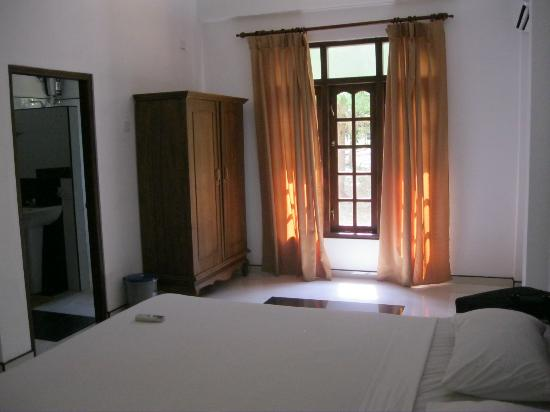 Nice Place Bungalows: Back part of room with wardrobe