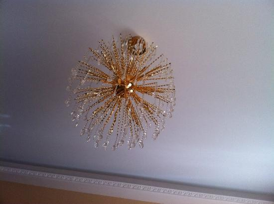 Opera Apartments Odessa: Couldn't take my eyes off the chandelier...