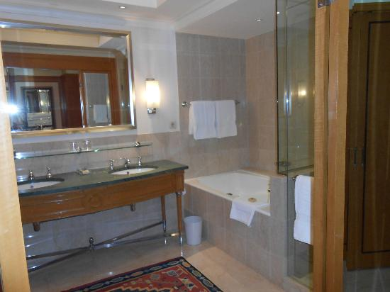 Four Seasons Hotel Cairo at Nile Plaza: Bathroom 26th Floor Room