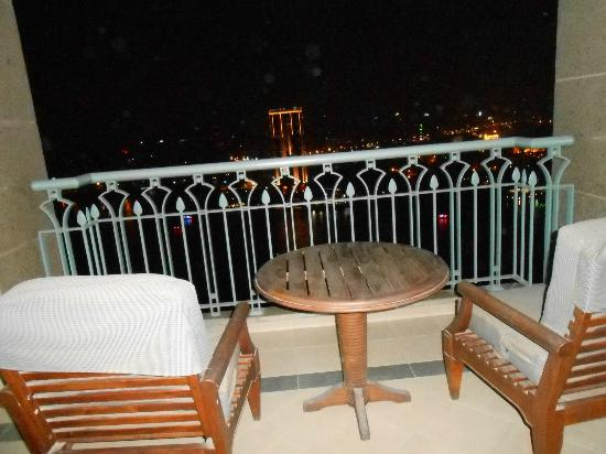 Four Seasons Hotel Cairo at Nile Plaza : Balcony at Night 26th Floor Room