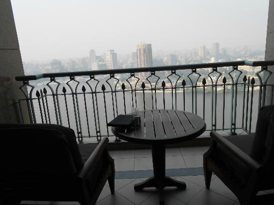 Four Seasons Hotel Cairo at Nile Plaza : Balcony early morning 26th Floor Room