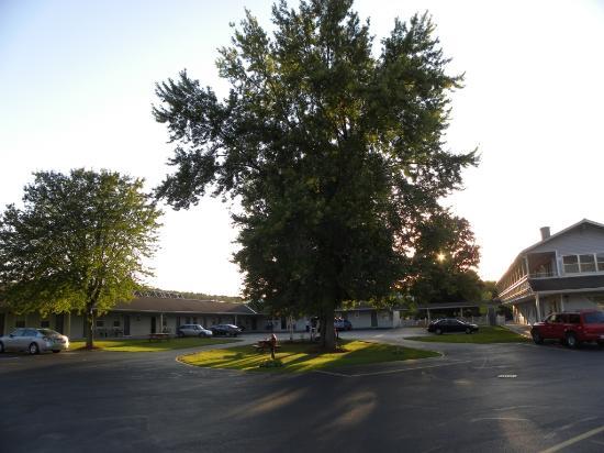 BEST WESTERN PLUS New Englander Motor Inn: Parcheggi