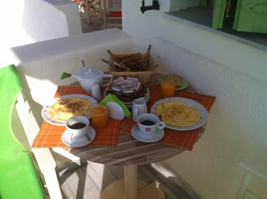 Ambeli Apartments: breakfast