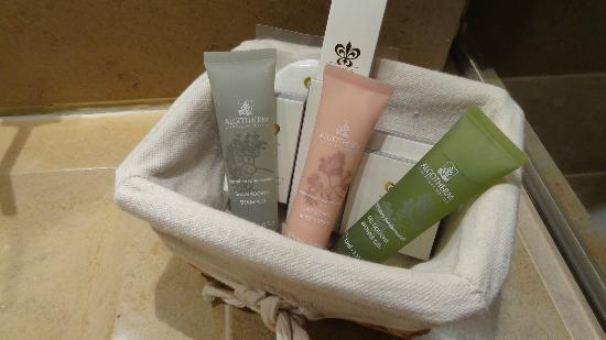 Relais & Chateaux - Hostellerie de Levernois: produit algotherm dans salle de bain