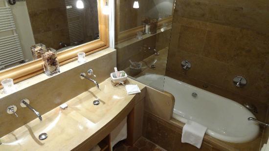Relais & Chateaux - Hostellerie de Levernois: salle de bain