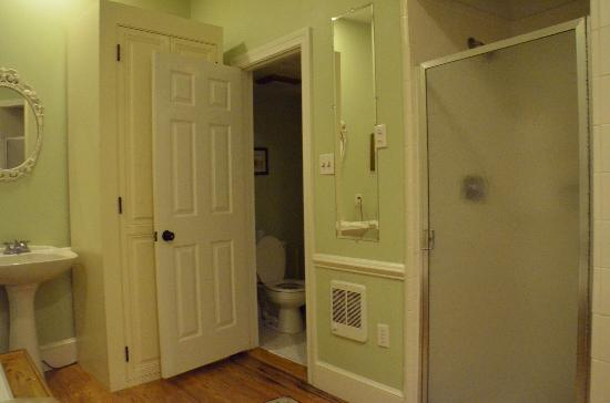 "Inn at Gristmill Square: Huge ""Silo"" bathroom!"