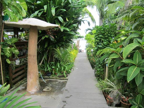 Sans Souci Samui: Walk to the beach