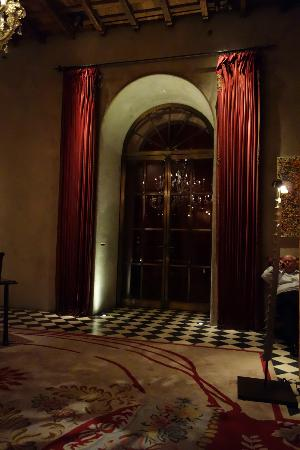 Gramercy Park Hotel: Doorway in Lobby