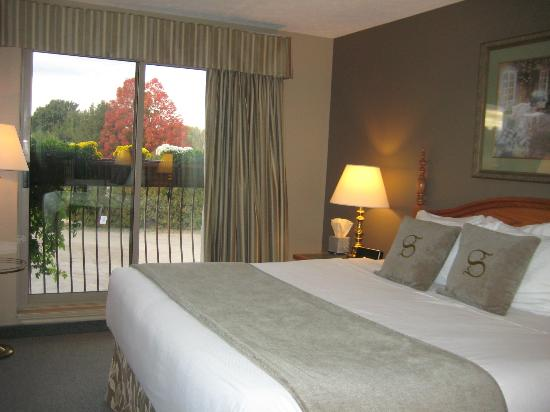 Stone Gate Inn : Executive Room with King Size Bed and Window View