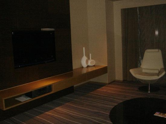 Le Meridien Qingdao: Suite: reception room with telly