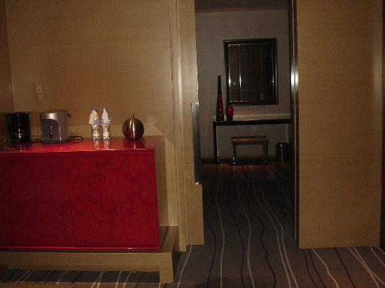 Le Meridien Qingdao : Suite: Endtrance from reception room to bedroom