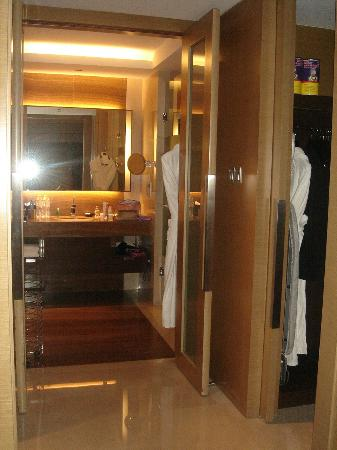Le Meridien Qingdao: Suite: Bathroom with walk in wardrobe to the left and to the right