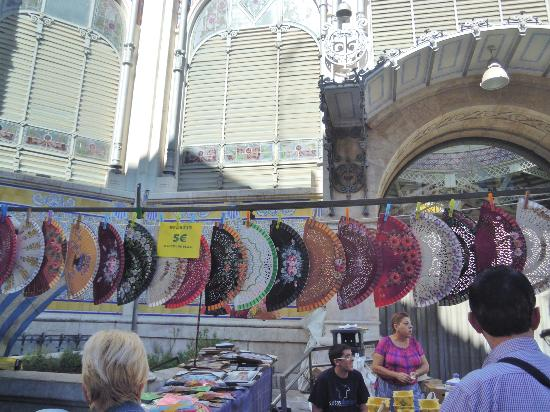"Plaza del Mercado (Placa del Mercat) : Vendita di ventagli "" abanicos """