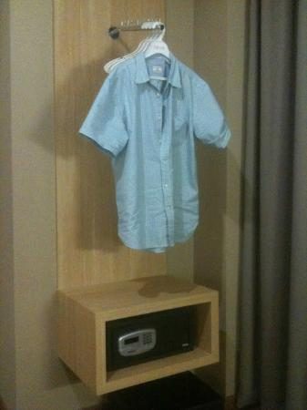 favehotel Pasar Baru: Open style wardrobe 