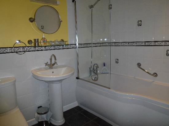 The Walled Garden B & B: twin bathroom