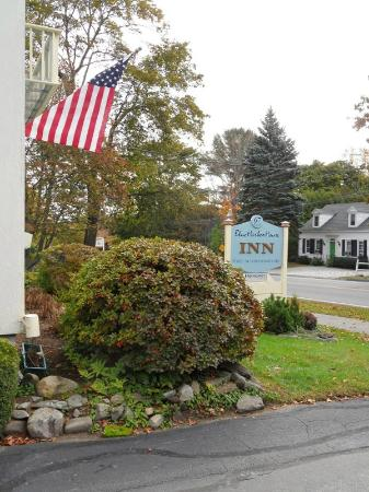 Blue Harbor House Inn: BHH fronts on Rte. 1