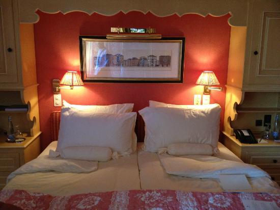 Gstaad Palace Hotel: Lit prêt pour la nuit