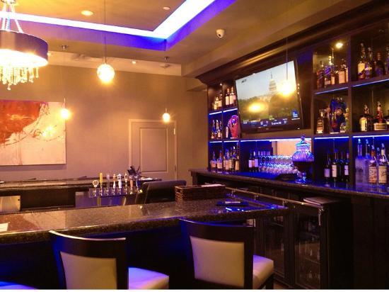 Hilton Garden Inn Olathe: Breakfast and Dinner area - bar