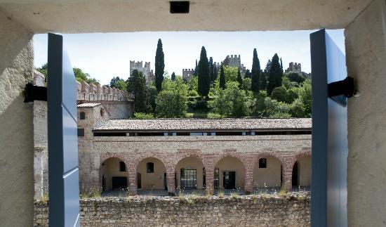 B&B Porta Aquila 33 : La veduta del castello