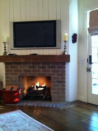 San Ysidro Ranch, a Ty Warner Property: 2 nice amenities, tv and fireplace.