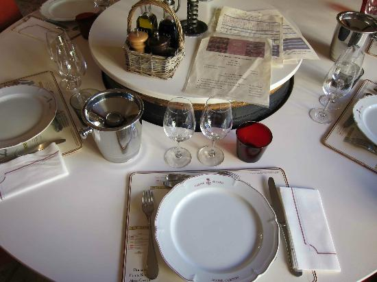 Table Comte Senard : family style table to share mains and meet friends