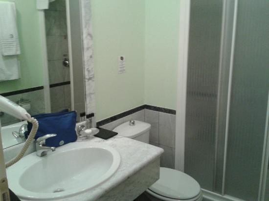 Best Western Congress Hotel: small clean bathroom