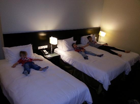 Orchard Parade Hotel by Far East Hospitality: big space in room with 3 beds and more ares