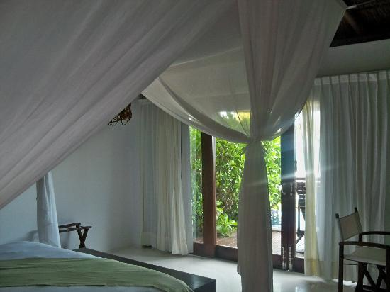 Le Reve Hotel & Spa: Gauzy curtains surround the bed..