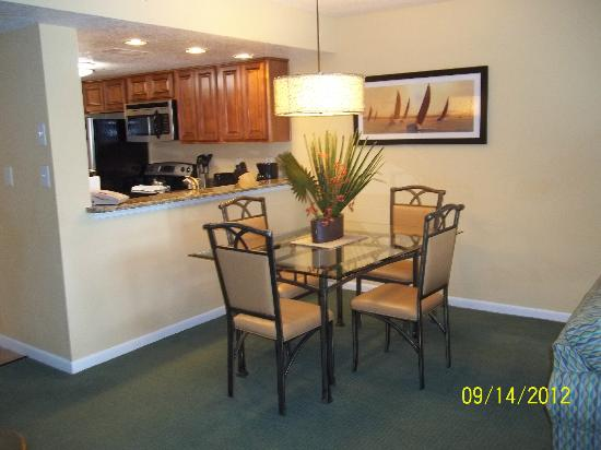 Orlando's Sunshine Resort: dining room with pass thru from kitchen