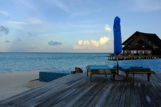 Anantara Dhigu Maldives Resort: Early morning near the Aqua pool
