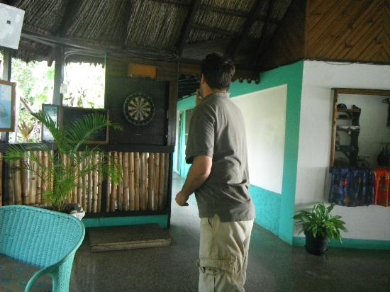 Xtabi Resort: Darts at the bar