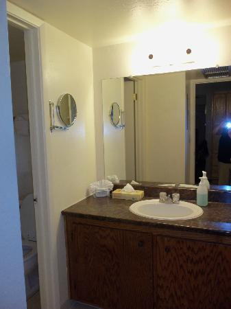 Roundhouse Resort: bathroom sink area