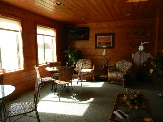 Mayville Inn: Gathering Room aglow in tranquil sunset