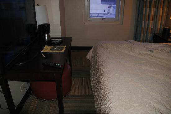 Miami International Airport Hotel: Walking space between foot of bed and table